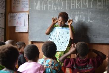 PNG 01 | Teaching phonics, Mapemo, Goroka | Sarah Wiles